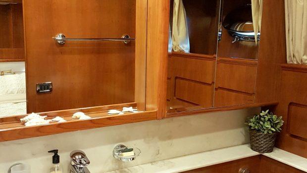 amoraki motor yacht bath (2) min -  Valef Yachts Chartering - 5055