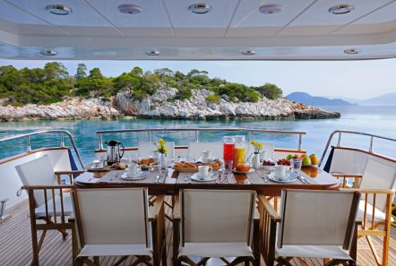 blu sky canados aft table -  Valef Yachts Chartering - 4369