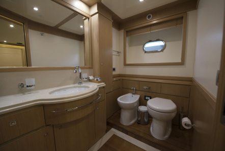 dana motor yacht bath1 -  Valef Yachts Chartering - 4279
