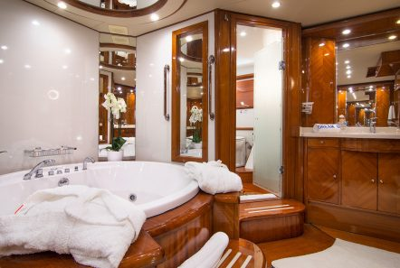dream b motor yacht master bath (2) min -  Valef Yachts Chartering - 4768