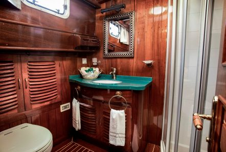 entre cielos gullet double cabin aristoteles bathroom min -  Valef Yachts Chartering - 3845