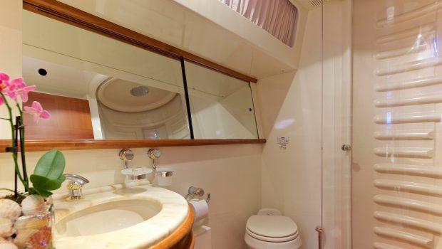 iris azimut motor yacht cabins and baths (9) -  Valef Yachts Chartering - 4515