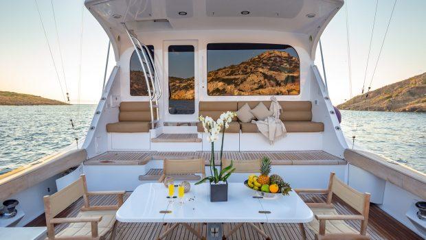 astrape hatteras deck -  Valef Yachts Chartering - 2840