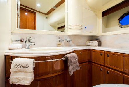 piola motor yacht twin bath min -  Valef Yachts Chartering - 3367