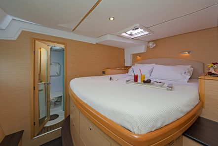 idea catamaran cabins and baths (8) min -  Valef Yachts Chartering - 1858