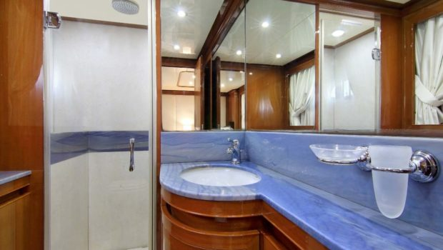 elvi motor yacht bath min -  Valef Yachts Chartering - 0610