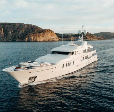 motor yacht Jaz cruising the aegean sea