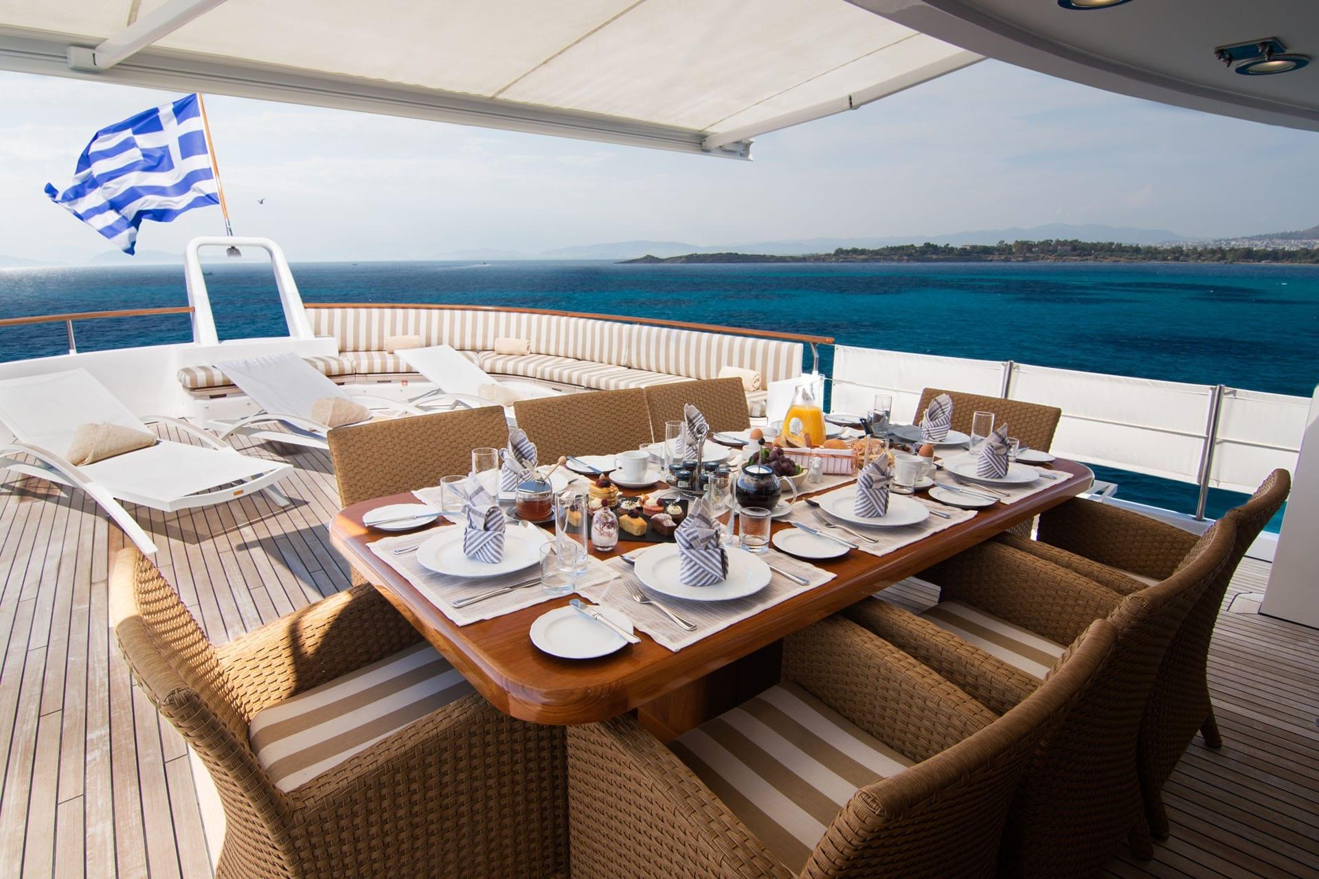 Suncoco-motor-yacht-al-fresco-min