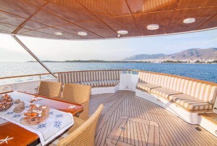Suncoco-motor-yacht-fore-lounge (1)-min