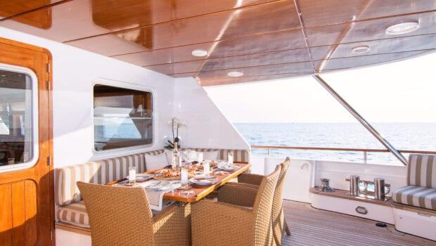 Suncoco-motor-yacht-fore-lounge (2)-min