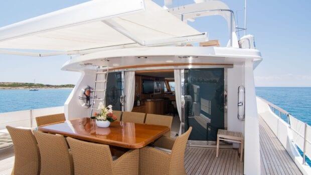 Suncoco-motor-yacht-sundeck-table (1)-min