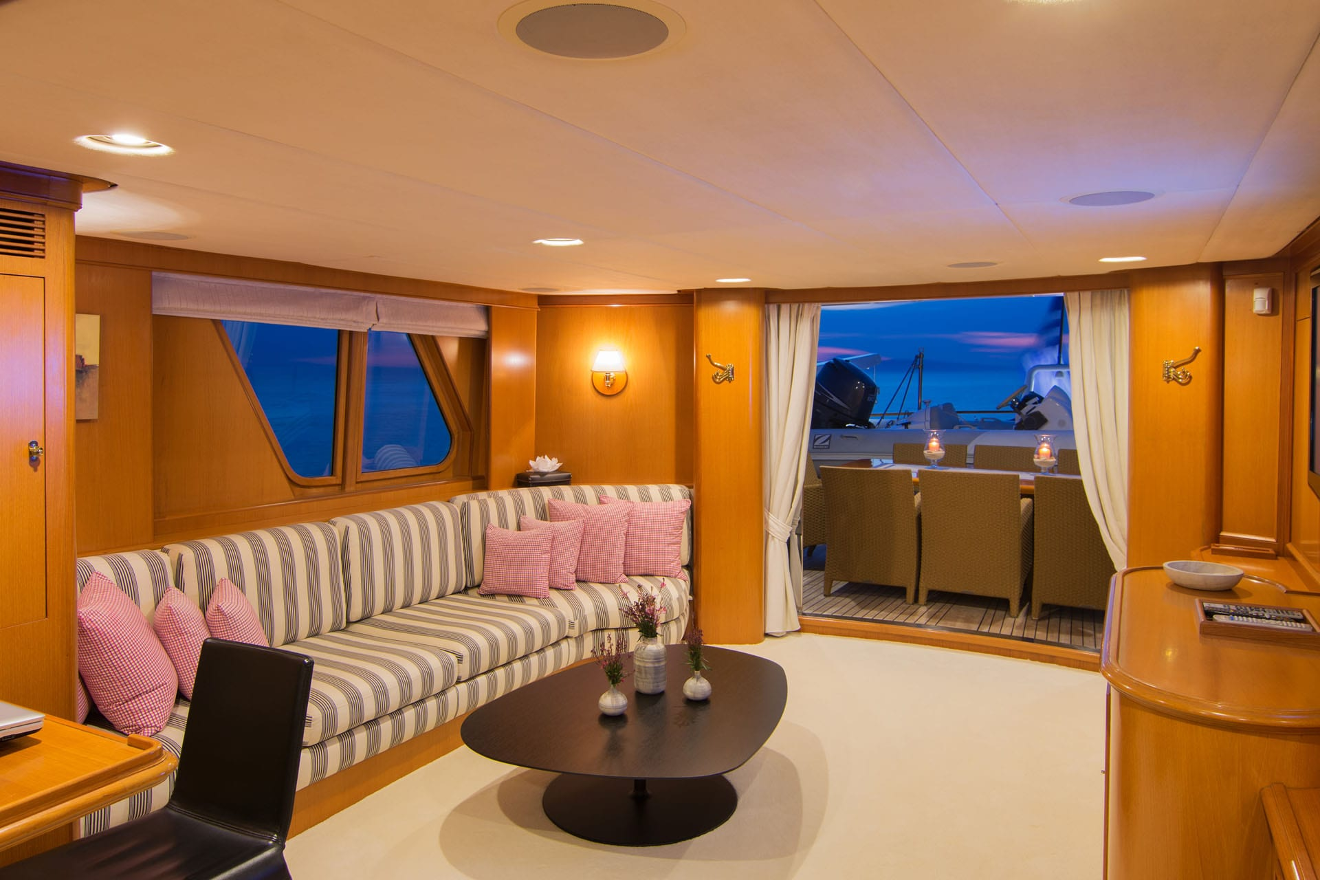 Suncoco-motor-yacht-upper-salon