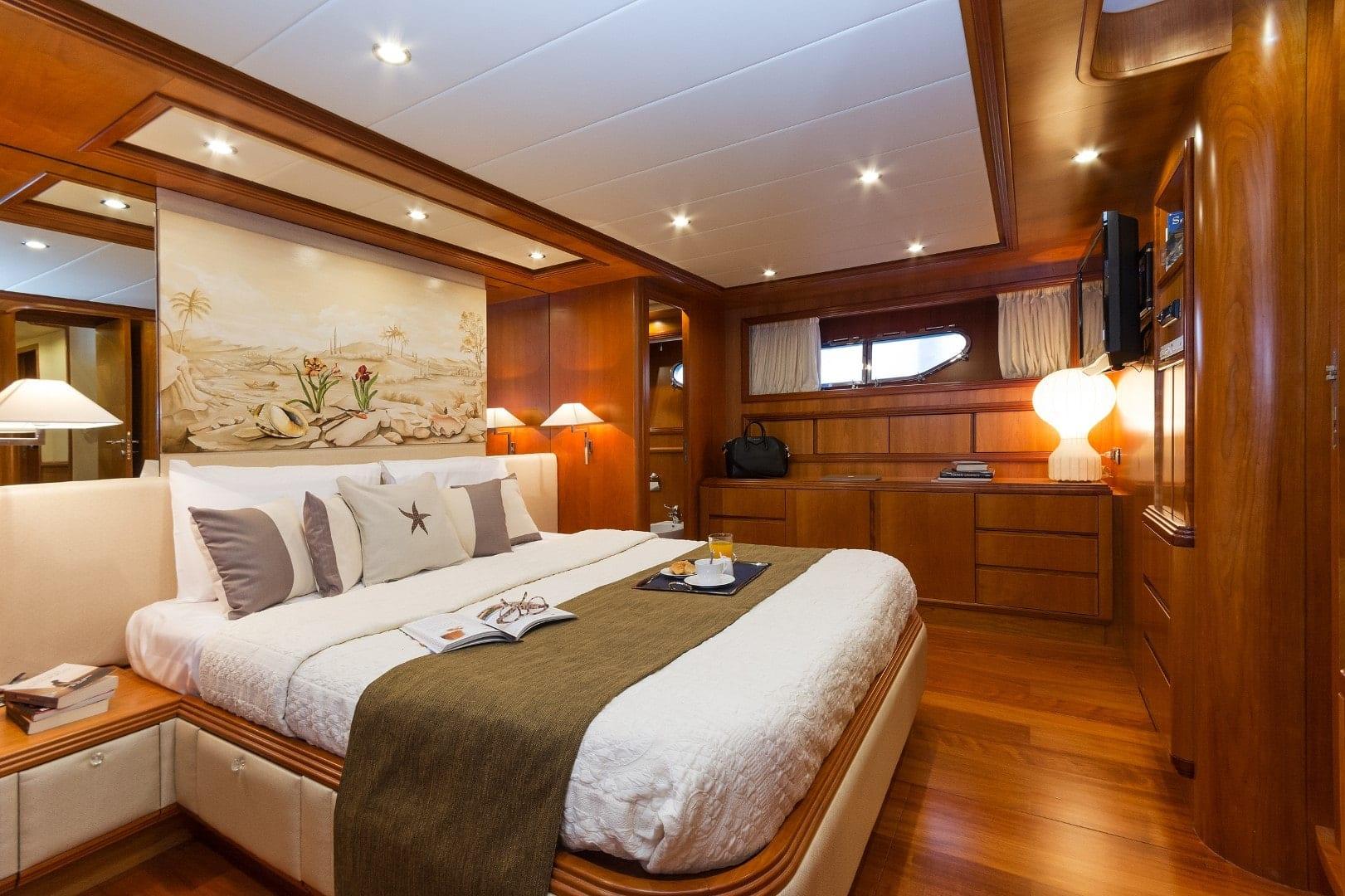 alfea-motor-yacht-master-cabin (2)-min