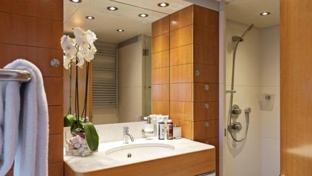 alma-motor-yacht-bath (2)-min