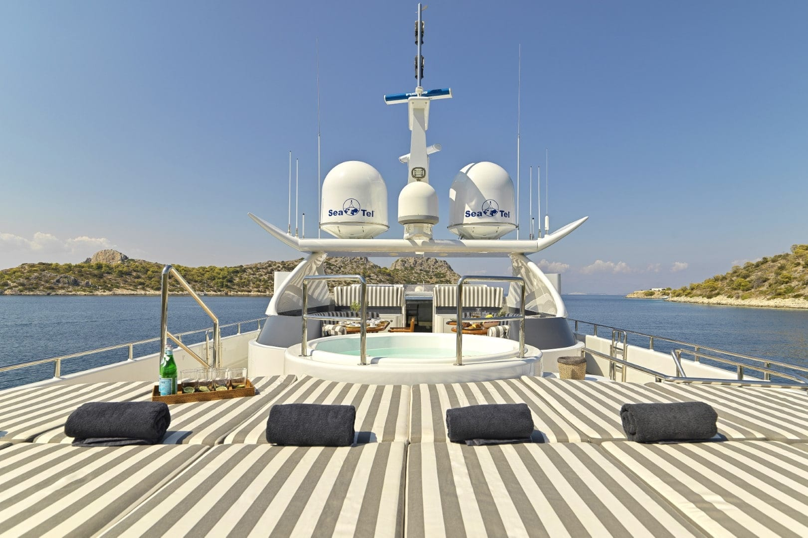 alma-motor-yacht-upper-deck (1)-min