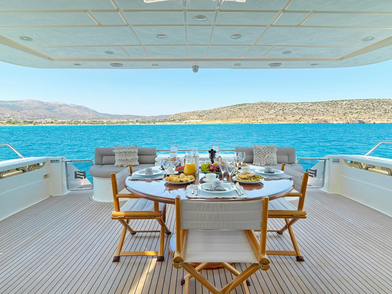 elite-motor-yacht-aft-deck (1)