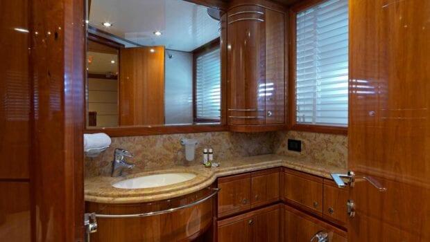 elite-motor-yacht-bath