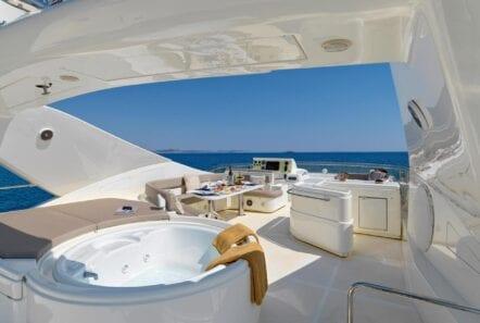elite-motor-yacht-jacuzzi