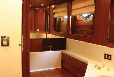 gitana-super-yacht-bath1