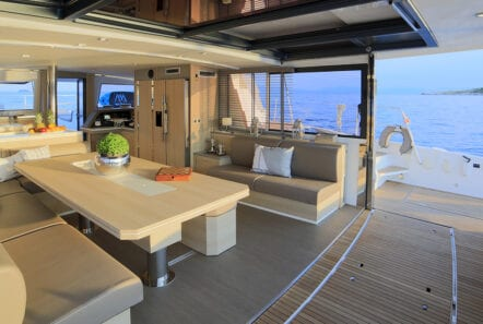 horizons-3-catamaran-salon-dining