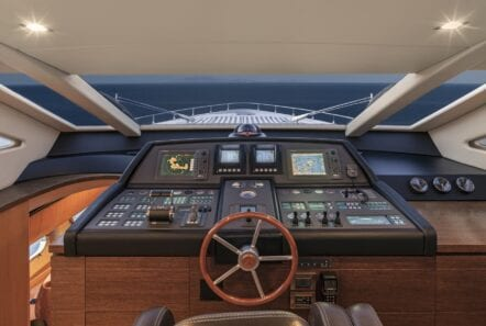 rena-motor-yacht-wheelhouse-min