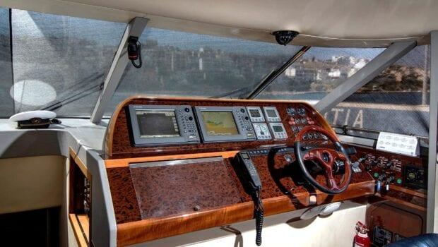 Venali-motor-yacht-bridge-min