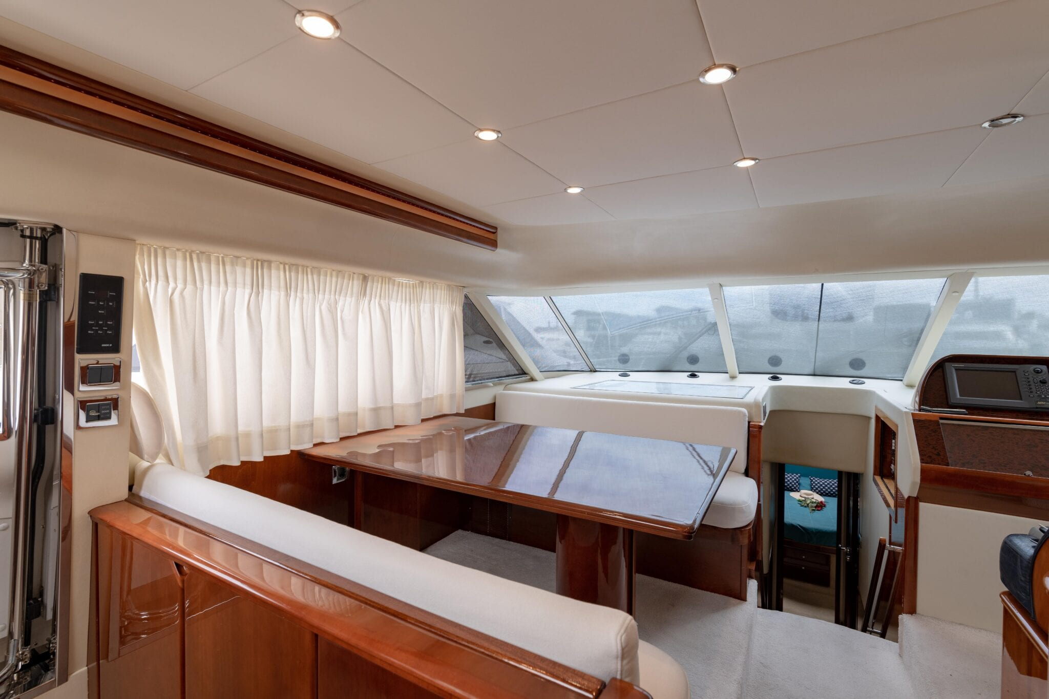 Venali-motor-yacht-bridge-table (2)-min