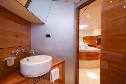 noe-motor-yacht-bath-min