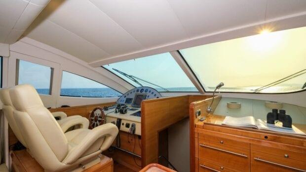 noe-motor-yacht-bridge-min