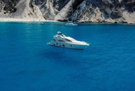 noe-motor-yacht-floating-min
